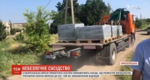 ВІДЕО ТСН! Жителі приватного сектору на Вознесенськ скаржаться на цех з виготовлення плитки